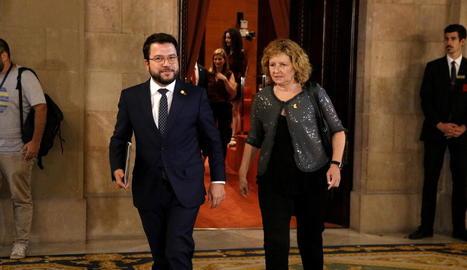 Aragonès, ahir, amb la presidenta de la comissió d'Economia del Parlament, Teresa Pallarès.
