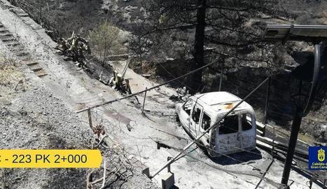 Les flames ho van arrasar tot al seu pas, també aquesta furgoneta, a prop del poble de Juncalillo.