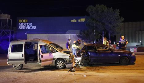 Vista dels dos vehicles implicats en una col·lisió dimarts a la nit al polígon.