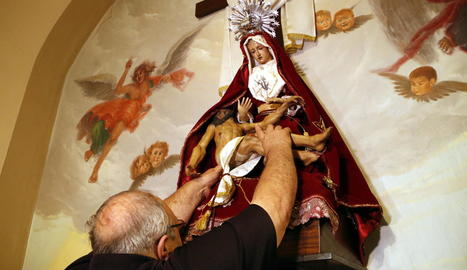 Moment en què posen el Crist als braços de la Verge.