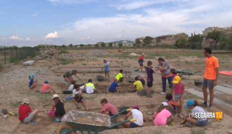 Una vintena de nens i nenes gaudeixen del curs d'arqueologia infantil a Guissona