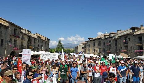 La protesta contra la presència de l'ós al Pirineu que ha tingut lloc aquest dijous a Aínsa.