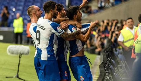 Els jugadors de l'Espanyol celebren el gol de Javi López.