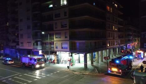 Tres camions dels bombers i vehicles de la Urbana, al carrer Quatre Pilans ahir a mitjanit.