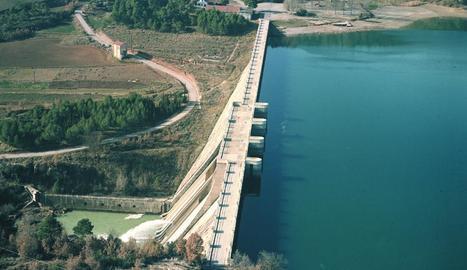 La presa i part de l'entorn del pantà de Sant Ponç.