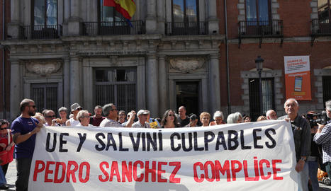 Concentrats davant del ministeri d'Exteriors en solidaritat amb els immigrants de l''Open Arms'.