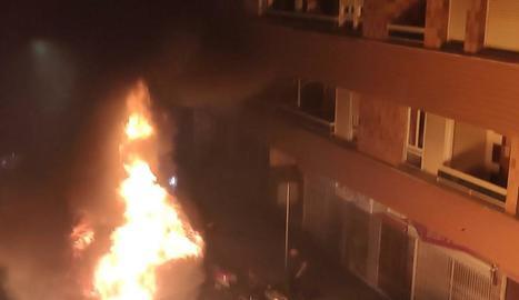 Vista del contenidor en el moment de l'incendi.