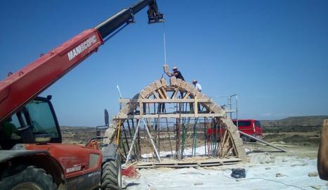 Els treballs per acabar de reconstruir l'Arc d'Adar de Llardecans, que van finalitzar ahir.