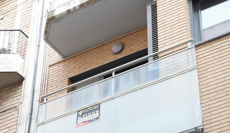 Anunci d'un pis de lloguer a Lleida, ahir a la tarda.
