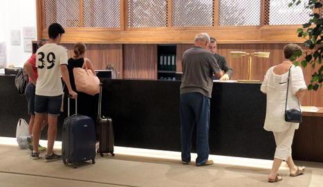 Imatge de turistes a la recepció del Parador de Lleida.