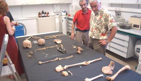 Dos arqueòlegs de l'equip de Joan López, en la intervenció a la cova de Montanissell.
