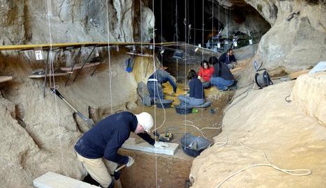 Arqueòlegs de l'equip de l'IPHES a la Cova de les Llenes.