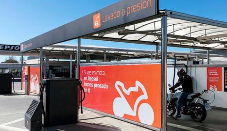 Repsol ha implantant en 25 estacions de serveis de la seua xarxa pròpia Moto Stop, una iniciativa pionera a Espanya.