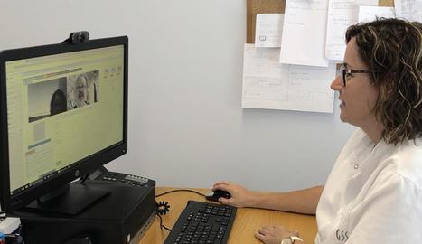 Montse Jansat, infermera de l'hospital de dia, en plena videoconferència amb un cuidador.