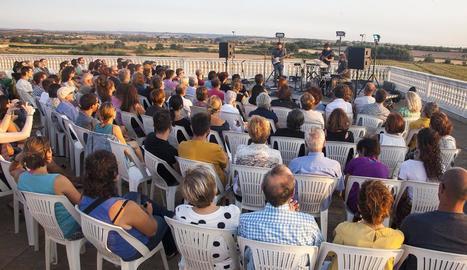 El concert que va oferir ahir Pau Vallvé a la terrassa de la fàbrica J. Trepat de Tàrrega.