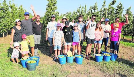Les famílies que van participar ahir en l'activitat de promoció de la pera, que es va celebrar a Alcoletge.