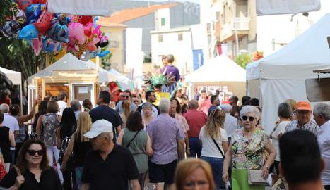 Imatge dels visitants que van acudir ahir a la Fira de Sant Bartomeu d'Artesa de Segre.