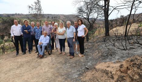 Un moment de la visita a una de les zones afectades per l'incendi a Bovera.