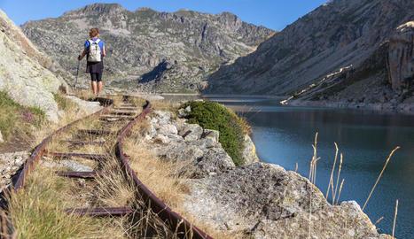 Un excursionista recorre el traçat del Carrilet de la vall Fosca.