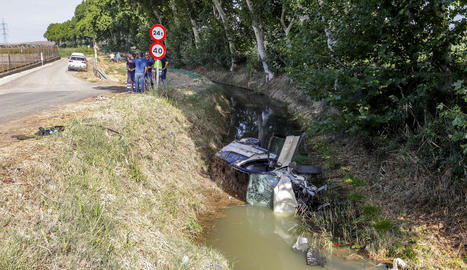 Vista del vehicle de la víctima mortal al canal a Vallfogona de Balaguer a finals de juliol.