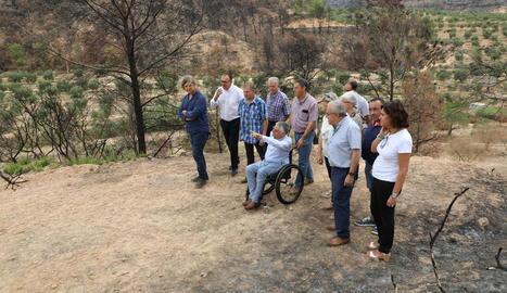 Alcaldes i representants de JuntsxCat van visitar ahir la zona cremada a Bovera.