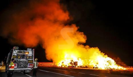 Efectius dels Bombers de la Generalitat, ahir, a l'incendi que va afectar un magatzem entre Bell-lloc d'Urgell i Sidamon.