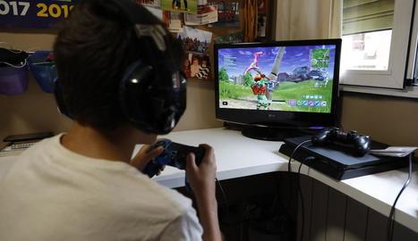 Un nen de 12 anys juga al 'Fortnite', un videojoc gratuït que a començaments del 2019 tenia 200 milions de jugadors registrats.