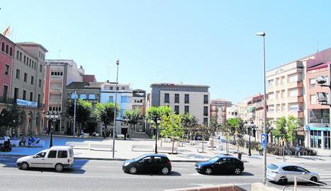 El carrer Ferrer i Busquets, davant de la plaça de l'Ajuntament.