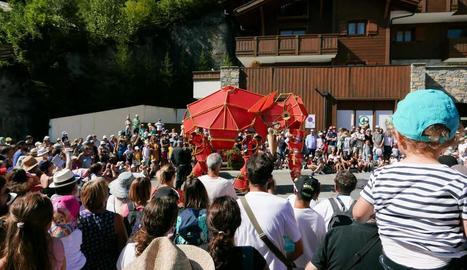 L'elefant Hathi del Centre de Titelles de Lleida, aquesta setmana en plena actuació al festival francès.
