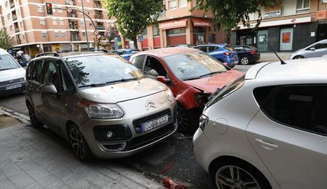 Vista dels vehicles que van resultar ahir danyats per un altre turisme al carrer Baró de Maials