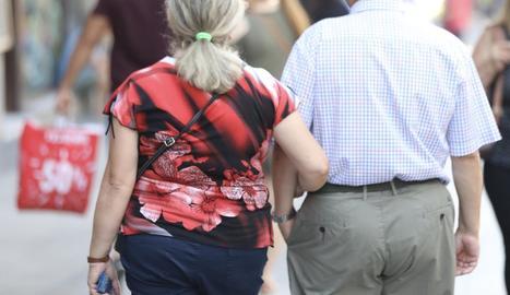 Dos pensionistes passejant aquest estiu.