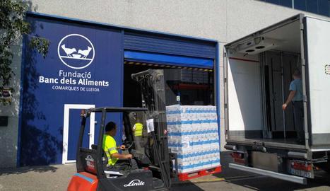 Mercadona ha fet efectiva aquest dimecres la donació de 13.500 litres de llet sencera de la marca pròpia Hacendado al Banc dels Aliments de les comarques de Lleida