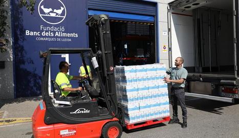 Entrega dels 13.500 litres de llet ahir al Banc dels Aliments de Lleida.