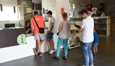 Imatge de visitants demanant informació a l'oficina de turisme de Sort la setmana passada.