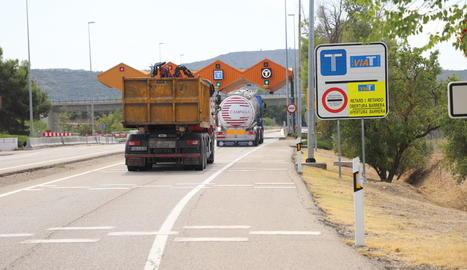 La senyalització que obliga els camions a desviar-se per l'AP-2 entre Montblanc i les Borges.