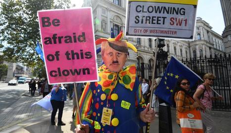 Protestes als voltants de Downing Street per les decisions del primer ministre Boris Johnson.