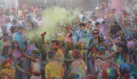 Els joves d'Alcarràs s'ho van passar en gran ahir a la festa de colors Holi.
