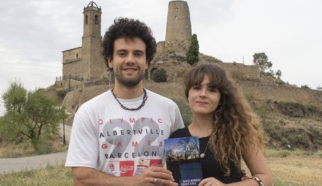 Els joves David Monràs i roser Creu amb el seu llibre 'Cartes d'amor'.
