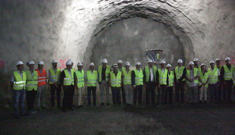 El conseller i autoritats van assistir a la calada del túnel de Tres Ponts (esquerra) i hores després Calvet va saltar des de la plataforma de 'bungee' de la Llosa del Cavall.