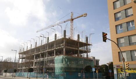 Edifici en construcció a Lleida, en una imatge d'arxiu.