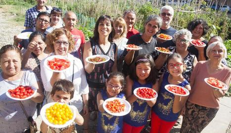 Participants en el tast de tomates a Tàrrega.