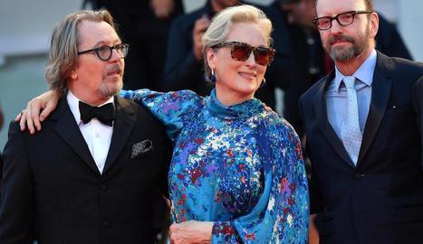 Streep, escortada per Gary Oldman (d.) i Steven Soderbergh (esq.).