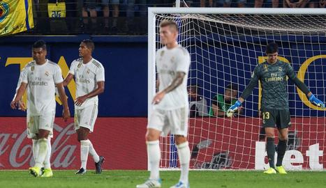 Els jugadors del Reial Madrid, capcots a l'encaixar el segon gol del Vila-real.