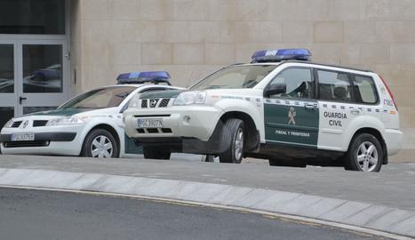 Imatge d'arxiu de dos vehicles de la Guàrdia Civil.