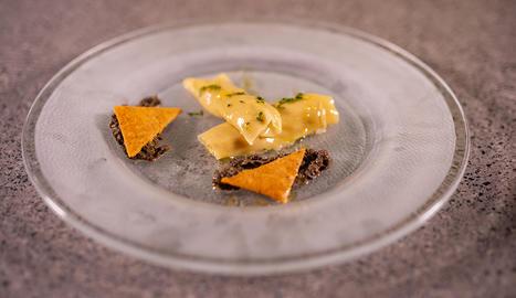 El plat es presenta muntant les diverses elaboracions i decorant amb brots i esferificacions d'oli aromàtic de llimó.