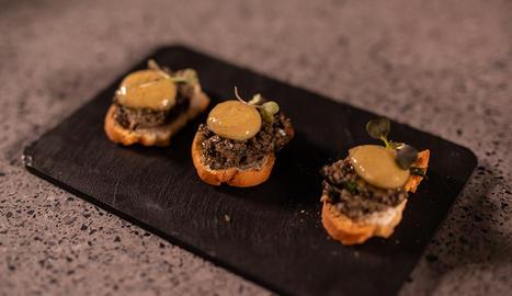 La tapenade o olivada negra s'elabora amb olives negres, tàperes, anxoves i suc de llimó.