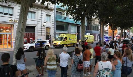 Edifici - El tràgic accident es va produir al número 31 de l'avinguda Francesc Macià. La nena es va precipitar al buit després de trencar-se una claraboia.