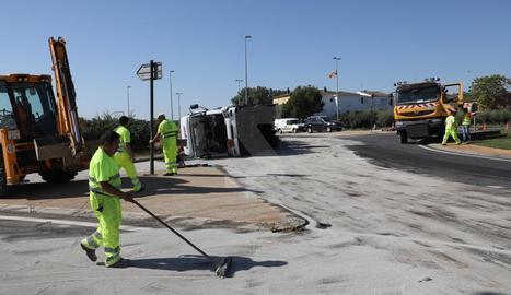 El camió ha bolcat a l'altura del punt quilomètric 14,5 i ha vessat una gran quantitat de gasoil.