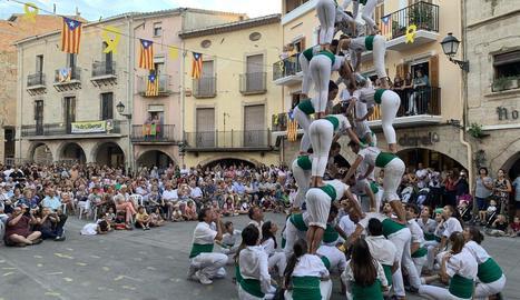 Ball de sardanes a la plaça de Castelldans amb motiu de la seua festa major.