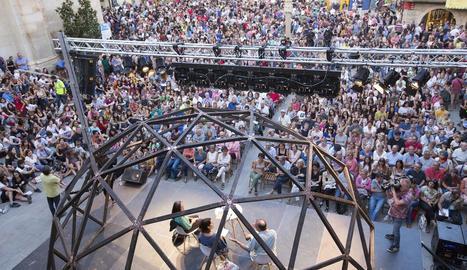 La plaça Major de Tàrrega, a vessar de públic ahir davant l'escenari en el qual es va desenvolupar la conversa inaugural del certamen.